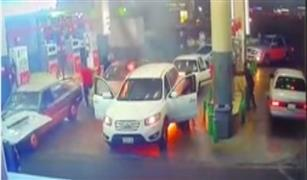 شاهد لحظات الرعب والوفاء: شاب ينقذ أمه من حريق في محطة وقود بالسعودية