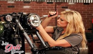 """بالصورالفيديو.. الإعلامية الأمريكية، """"كريستي لي"""" أجمل وجه نسائي في عالم  السيارات والدراجات النارية."""