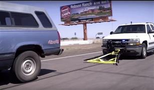 بالفيديو.. على طريقة توم وجيري.. أمريكي يبتكر طريقة لإيقاف سيارات المجرمين