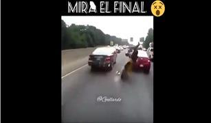 نتيجة مروعة بالفيديو.. لحظة انقلاب موتوسيكل ينطلق بسرعة جنونية على طريق سريع