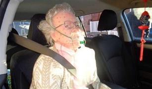 كسر الضابط زجاج السيارة لانقاذ مسنة فوجد مفاجأة بانتظاره