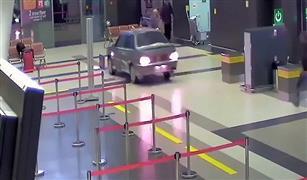 بالفيديو والصور....  يقتحم صالة المطار بسيارته لتوديع حبيبته في روسيا