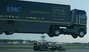بالفيديو.. فريق لوتس يحقق رقمًا قياسيًا عبر القفز بشاحنة فوق سيارة فورميولا ١