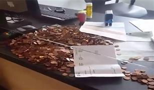 لتعذيب المرور بـ«الفكة».. رجل يدفع غرامة 90 يور بـ 5100 عملة معدنية