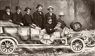 موضة الأثرياء قبل قرن.. صورة عائلية في ستوديو السيارات