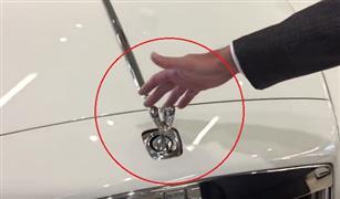 بالفيديو.. لن تصدق ما سيحدث لو حاولت إزالة شعار السيارة رولز رويس من مكانه