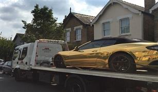 باكستاني يتعلم القيادة في لندن بسيارة مطلية بالذهب.. والشرطة تسحبها منه لعدم حمله رخصة