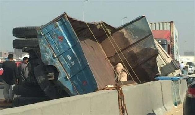 شلل مروري على «الدائري» بسبب انقلاب شاحنة محملة بالخردة قرب البراجيل - الأهرام اوتو
