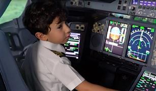 بالفيديو .. طفل مصري عمره 6 سنوات يبهر الإماراتيين بقيادة نموذج لأكبر طائرة في العالم
