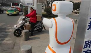 """""""عسكري المرور الآلي"""" يحل مشكلات الزحام في الصين"""