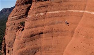 شاهد فيديو رائع شاهده الملايين لراكب دراجة يتحدى الجاذبية الارضية وحواف الجبال  بشكل خيالى