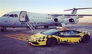 بالفيديو :سيارة لامبورجيني تقود طائرة بوينج إماراتية في إيطاليا