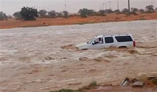بالفيديو.. مياه الأمطار تحتجز عائلات في سياراتهم بالسعودية.. ولا نجاة إلا لمن يجيد السباحة