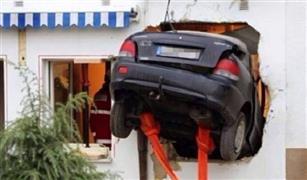 ماذا حدث؟.. سيدة تقتحم غرفة نوم بسيارتها!