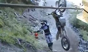 فيديو يحبس الأنفاس.. متسابقون يحاولون تسلق تل بدراجاتهم النارية