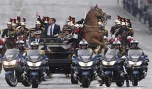 بالصور.. الرئيس الفرنسي الجديد يدخل الاليزيه في حراسة الخيول وسيارة عسكرية مكشوفة