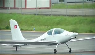 بالفيديو.. نجاح طائرة سويسرية تعمل بالطاقة الشمسية في أول اختبار لها