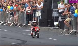 بالفيديو.. أطفال لا تتعدى أعمارهم 4 سنوات  يقودون دراجات نارية بمهارة فائقة