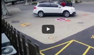 بالفيديو.. تصرف شجاع لفتاة حاول لص سرقة سيارتها