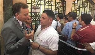 بالصور.. وزير النقل يسأل المواطنين أمام شباك التذاكر بمحطة مصر عن السوق السوداء