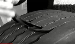 بالفيديو.. طريقة مذهلة لإعادة الإطارات المتهالكة لسيارتك وكأنها جديدة تماما