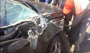 شاهد بالفيديو: إنقلاب سيارة بطريق المشير ومحاولات إنقاذ المصابين