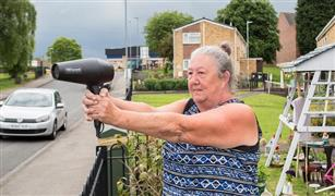 بالفيديو ..  مسنة بريطانية تستخدم حيلة بارعة لخفض سرعة السائقين امام منزلها