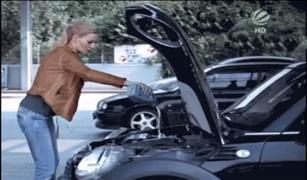 كوميديا.. طرق نسائية جدًا في تغيير زيت السيارة