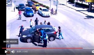 كارثة بالفيديو.. أم تدهس طفلتها بالسيارة وهي تحاول إنقاذها