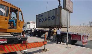 مرور القاهرة ينتهى من رفع حمولة كونتينر لسيارة نقل من داخل نفق زهراء المعادى