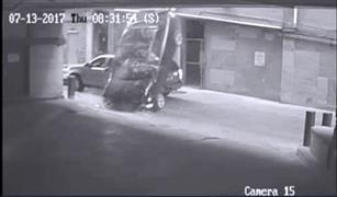 بالفيديو .. سيارة تسقط من الطابق السابع شاهد ماذا حدث