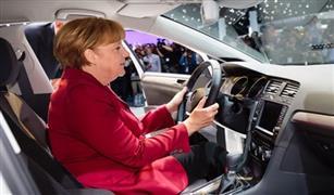 ميركل تدعو شركات السيارات إلى إنتاج محركات نظيفة في ظل فضيحة الديزل