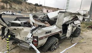 بالصور .. سيارة نقل أثاث تسحق 3 سيارات ملاكي بعد سقوطها من منحدر بالسعودية