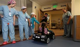 بالفيديو والصور.. مستشفي تستخدم لمبرجيني ومرسيدس لنقل الأطفال إلي غرف العمليات
