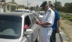 لماذا يلمس ضباط الشرطة مصابيح السيارة من الخلف؟.. تعرف على السر بالفيديو