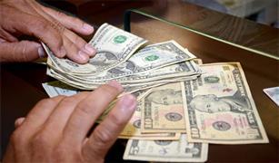 """رئيس """"الجمارك"""" لـ""""أوتو"""": تخفيض الدولار للشهر الثالث يساهم في استقرار أسعار السيارات"""