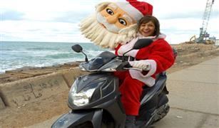 بابا نويل يتجول على سكوتر في قلب الإسكندرية.. وقريبًا بالمحافظات