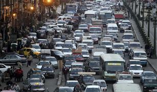 تصادم ٣ سيارات بمحور العروبة .. وكثافات مرورية في طريق المطار