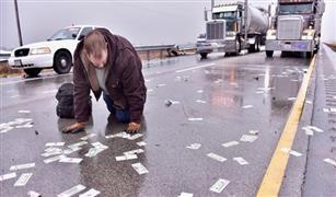 بالفيديو ... تطاير آلاف الدولارات من أموال القمار بعد حادث سيارة في أمريكا