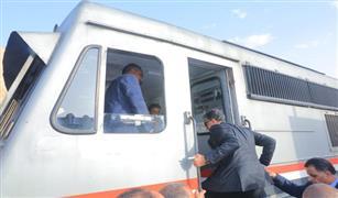 وزير النقل يستقل قطار من بنها إلى الإسكندرية.. ويستمع لآراء الركاب في الخدمة| صور