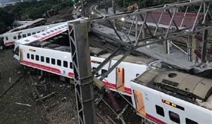 شاهد.. لحظة وقوع حادث قطار فائق السرعة وخروجه عن القضبان فى تايوان