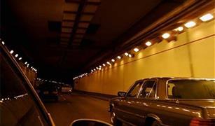 تصادم ٣سيارات على كوبرى أكتوبر وانقلاب سيارة بنفق الأزهر.