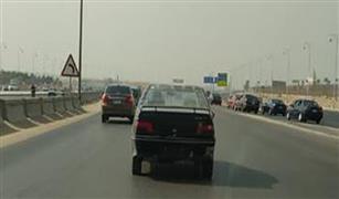 الآن.. بيجو سوداء بدون أرقام على طريق السويس القاهرة..والسائق متهور