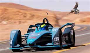 شاهد بالفيديو سباق جنوني بين صقر وسيارة فورمولا بالسعودية