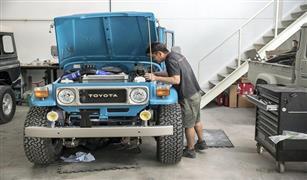 بالصور.. ورشة لإحياء السيارات الكلاسيكية في دبي