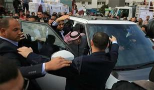 السفير القطري يهرب من أحذية أهالي غزة بسيارته الرانج روفر  فيديو وصور