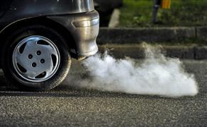 الدخان الأبيض المائل للبني من شكمان السيارة.. أسباب ظهوره والحلول