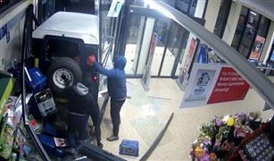 حيلة ذكية لسرقة ماكينةATM  بسيارة دفع رباعي| فيديو