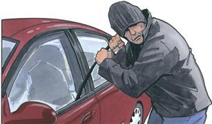 لاتترك طفلك وحيدًا بالسيارة.. مشهد بطولي لامرأة حاول اللصوص سرقة سيارتها| فيديو