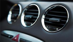 مع دخول الصيف.. تكييف السيارة يُخرج رائحة كريهة .. خبير يكشف الأسباب بالفيديو